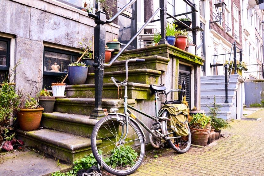 Vélo devant des escaliers