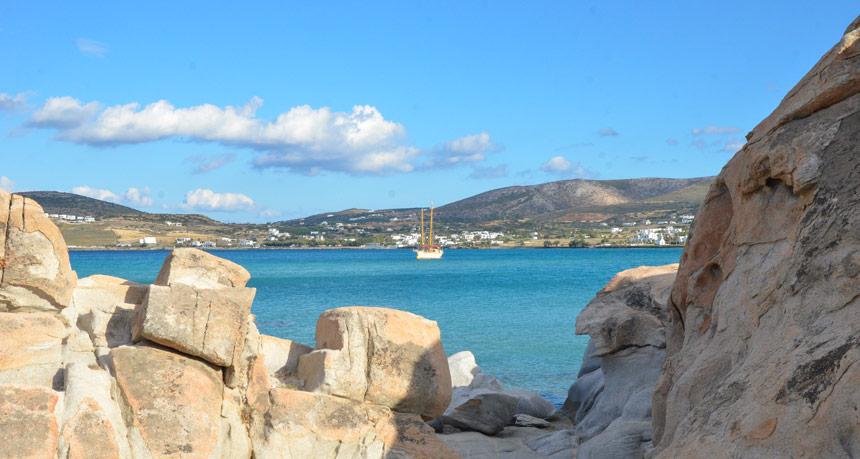 Vue de la plage Kolimbithres à Paros