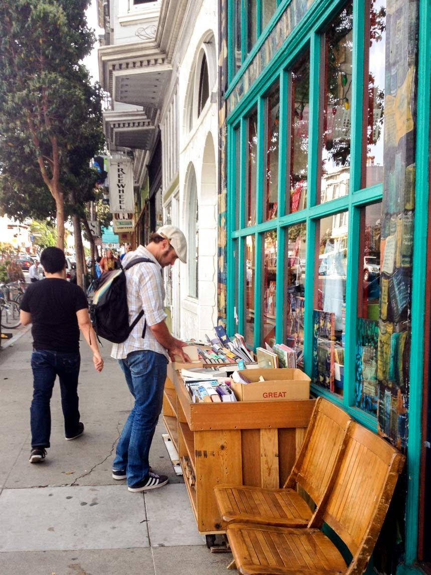 Un homme devant la librairie de Mission District