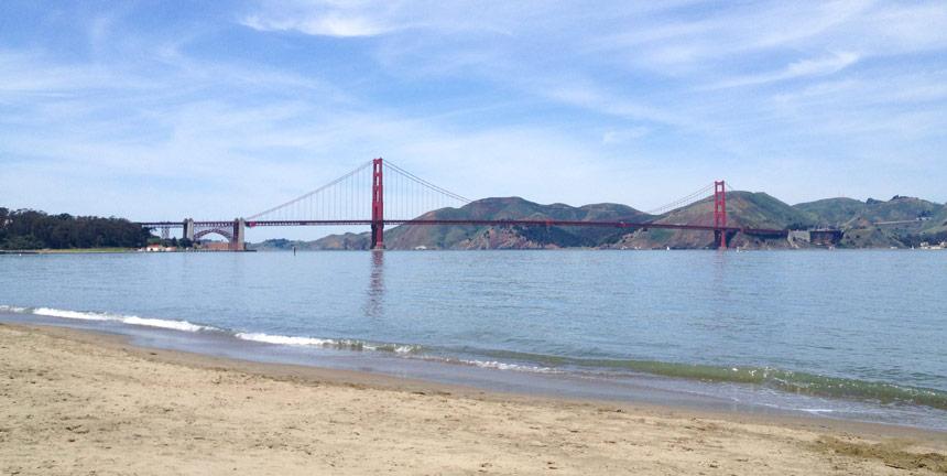 La vue du Golden Gate depuis la plage de Marina