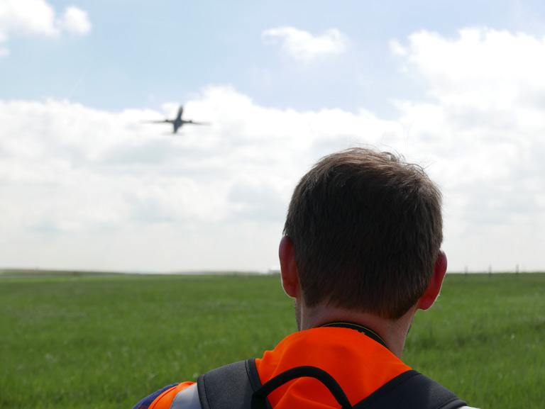 Henri profite du décollage des avions à CDG
