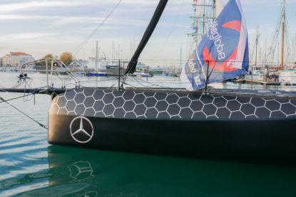 L'IMOCA Hugo Boss d'Alex Thomson sur le ponton avant le départ