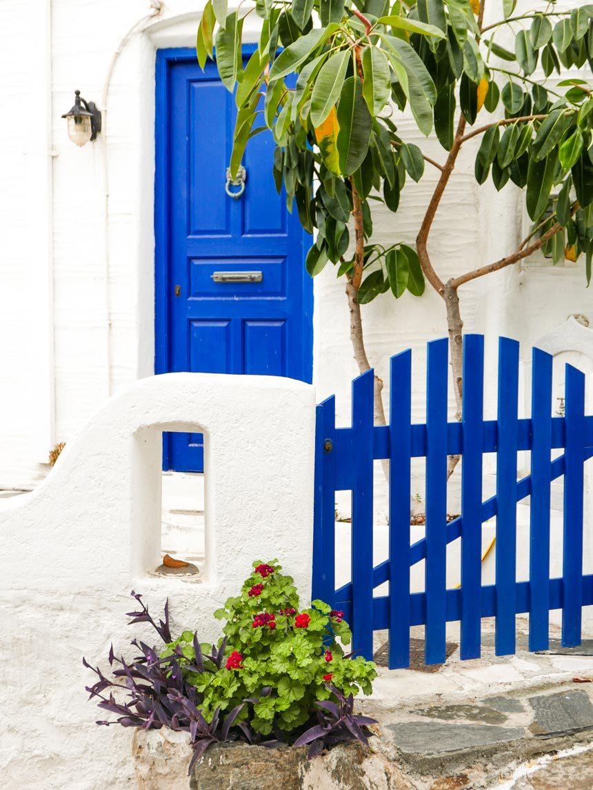 Une porte dans les rues de Lefkes à Paros