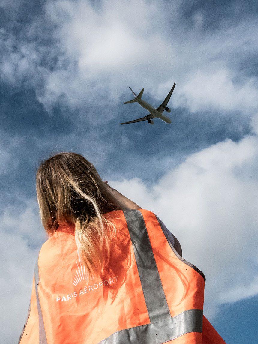 Alice photographie les avions au décollage