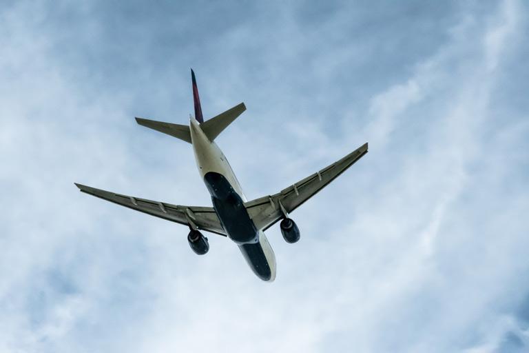 Passage d'un avion Delta à Roissy Charles de Gaulle